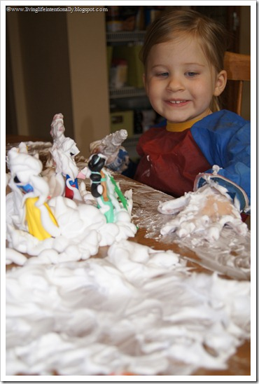 Kids will have fun celebrating winter without having to endure the cold with this silly Shaving Cream snow activity for toddler, preschool, pre-k, and kindergarten age students. This shaving cream activitiesis a great sensory activity to allow young children to play and explore with a tactile winter sensory activity for December, January, and February.