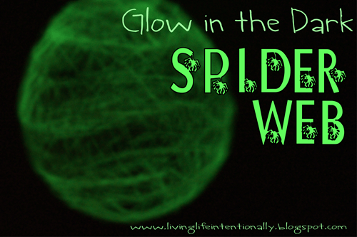 Glow in the Dark Spider Web Craft - This is fun for a spider unit or a Halloween craft for kids preschool, kindergarten, 1st grade, 2nd grade, 3rd grade, and 4th grade.