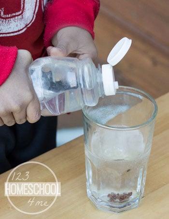 pour vinegar in the glass
