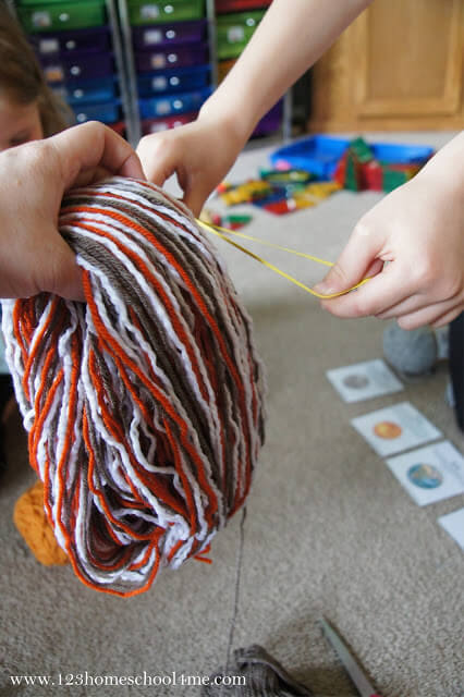 use multiple color of strings to make mutli-colored yarn planets