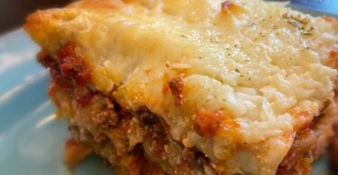 Easy Lasagna Recipe filled with pretty layers of flavorful meaty sauce, cheese, and pasta noodles. Family favorite casserole that super yummy!